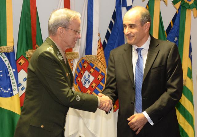 O comandante do Exército, general de exército Enzo Martins Peri, e o presidente da Avibras, Sami Youssef Hassuani, trocam cumprimentos após assinatura do contrato. (Imagem: Exército Brasileiro)