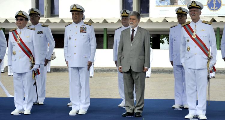 Da direita para a esquerda: Almirante Guerra, novo chefe do EMA, Almirante Moura Neto, comandante da Marinha, Celso Amorim, ministro da Defesa, e almirante Carlos Augusto, que passará ao STM. (Imagem: Ministério da Defesa)