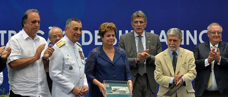 Dilma Rousseff exibe maquete do Estaleiro entre o governador do Rio de Janeiro, Luiz  Fernando Pezão, o comandante da Marinha do Brasil, almirante de esquadra  Julio Soares de Moura Neto, e o ministro da Defesa, Celso Amorim .