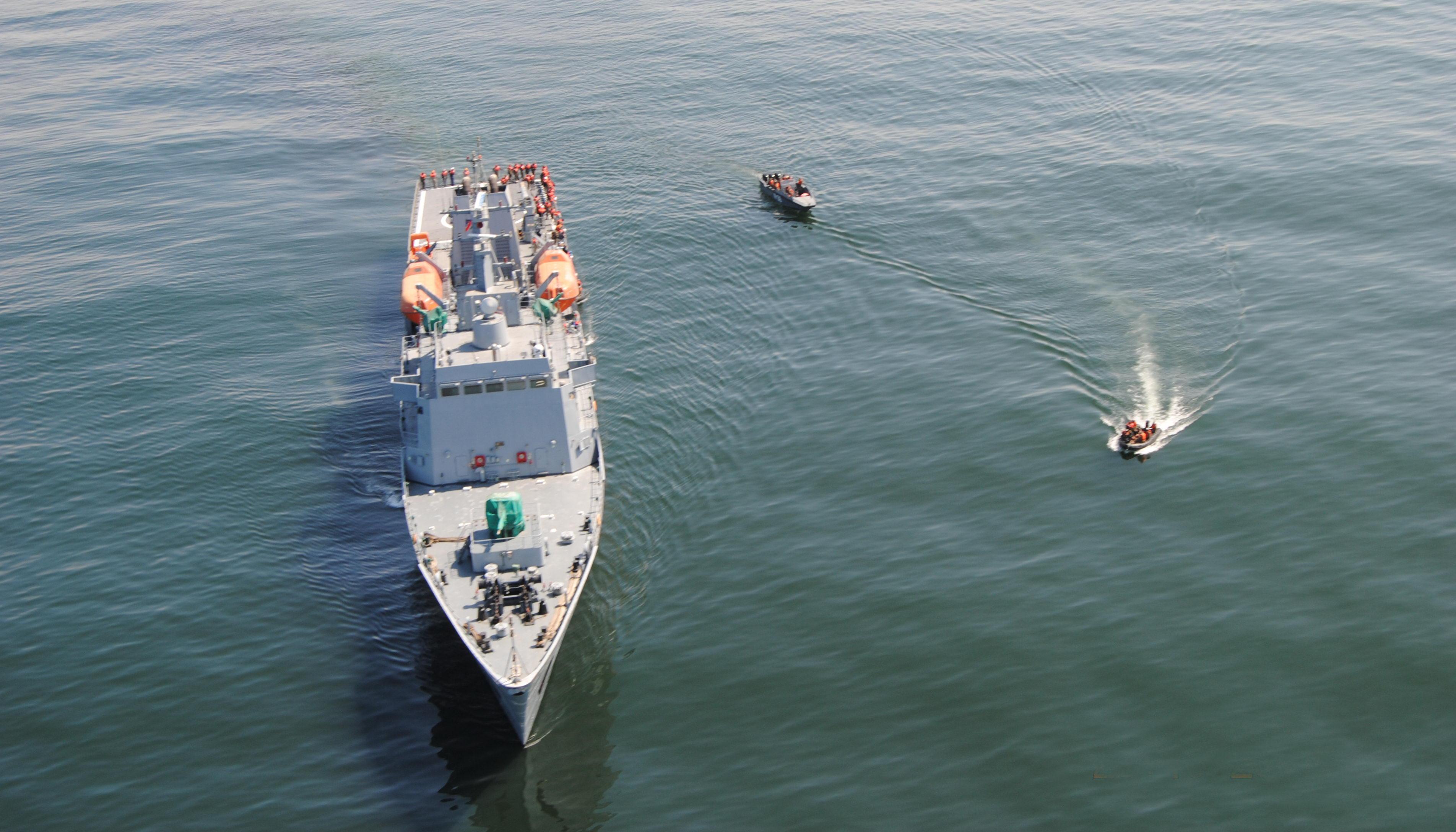 """O navio polivalente NS Elephant (S11) da Marinha da Namíbia, na fase inicial da """"Operação Chacal"""", dia 29 de outubro de 2014. Fabricado pelo estaleiro chinês WUHAN, tem 109 metros de comprimento e desloca 2.580 toneladas, sendo armado com um canhão de 37 mm e dois reparos duplos de metralhadoras calibre 14,5x114 mm. (Imagem: Comando Geral do Corpo de Fuzileiros Navais)"""