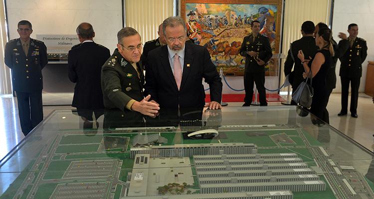 General Villas Bôas expõe detalhes de planejamento, projetos estratégicos e orçamento da Força Terrestre. (Imagem: Tereza Sobreira/Ministério da Defesa)