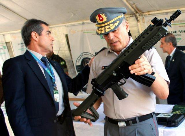 Durante a visita ao QGEx, o General Ovideo também conheceu armas e equipamentos de fabricação brasileira. (Imagem: Exército Brasileiro)