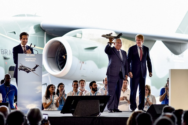 CEO da OGMA, Rodrigo Rosa, (esquerda), o primeiro-ministro de Portugal, António Costa, centro e o CEO da Embraer D&S, Jackson Schneider, na direita. (Imagem: OGMA)