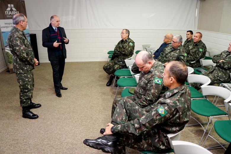 Coronel Carlos Roberto Sucha, chefe da Assessoria de Informações de Itaipu, recebe grupo do Exército no CRV (Imagem: JIE Itaipu Binacional)