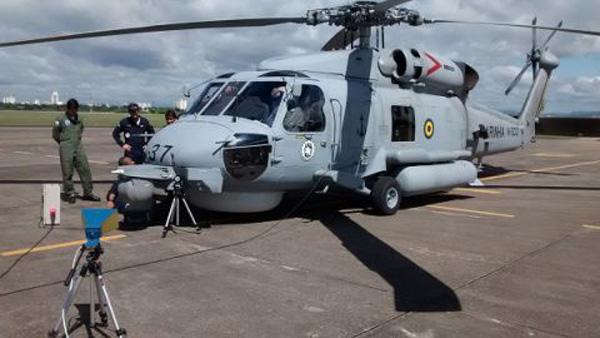 Equipes do GCEM avaliam Sistema de Guerra Eletrônica do helicóptero  MH-16 da Marinha do Brasil. (Imagem: Imagem AsCom/ITA)