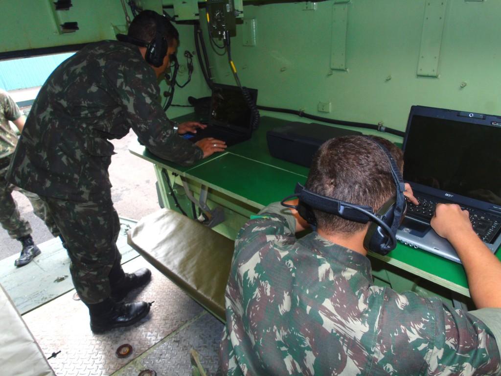 Foto do interior do M577 sendo utilizado para avaliação pelo EB. (Imagem: EB/TC Vinicius Correa Damaso)