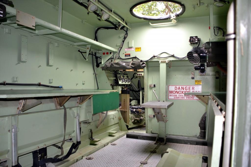 Foto do interior do M577 equipados com mesas dobráveis. (Imagem: Hélio Higuchi)