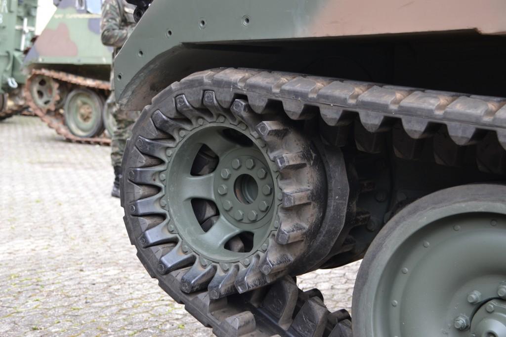 Detalhe da polia motora para a esteira de borracha inteiriça fabricada pela Soucy Defense (Imagem: Hélio Higuchi)