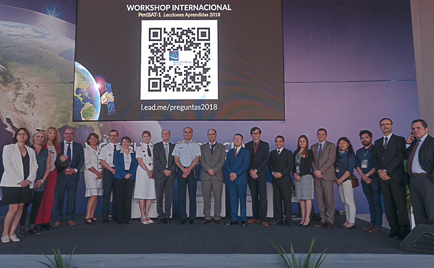 Palestrantes peruanos e convidados juntos ao mayor general FAP David Caballero León, chefe da CONIDA. (Foto)