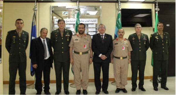 Comitiva foi recepcionada pelo comandante e subcomandante do Comando de Artilharia. (Imagem: Centro de Doutrina do Exército).
