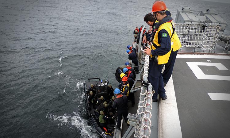 Treinamento para missão de paz no Líbano simula abordagem e aproximação em bote. (Imagem: Marinha do Brasil)