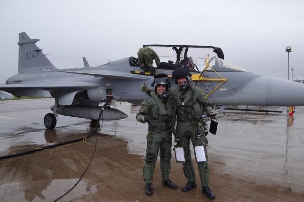 Capitão-aviador Gustavo de Oliveira Pascotto e seu instrutor sueco. (Imagem: Agência Força Aérea)