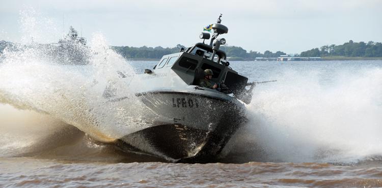 """Lanchas de transporte de tropa cercaram mergulhadores """"intrusos"""". (Imagem: Assessoria de Comunicação do Ministério da Defesa)"""