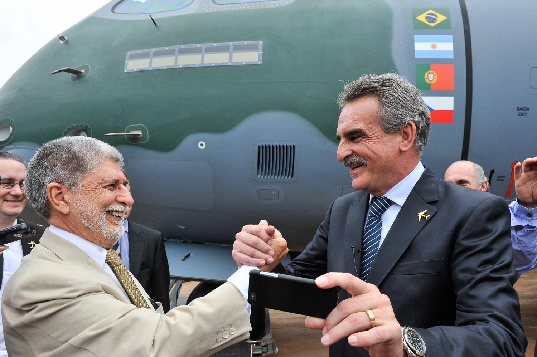 Amorim e Rossi durante cerimônia de roll out do KC-390 da Embraer. (Imagem: Secretaria de Comunicación Publica del Gobierno Argentino)