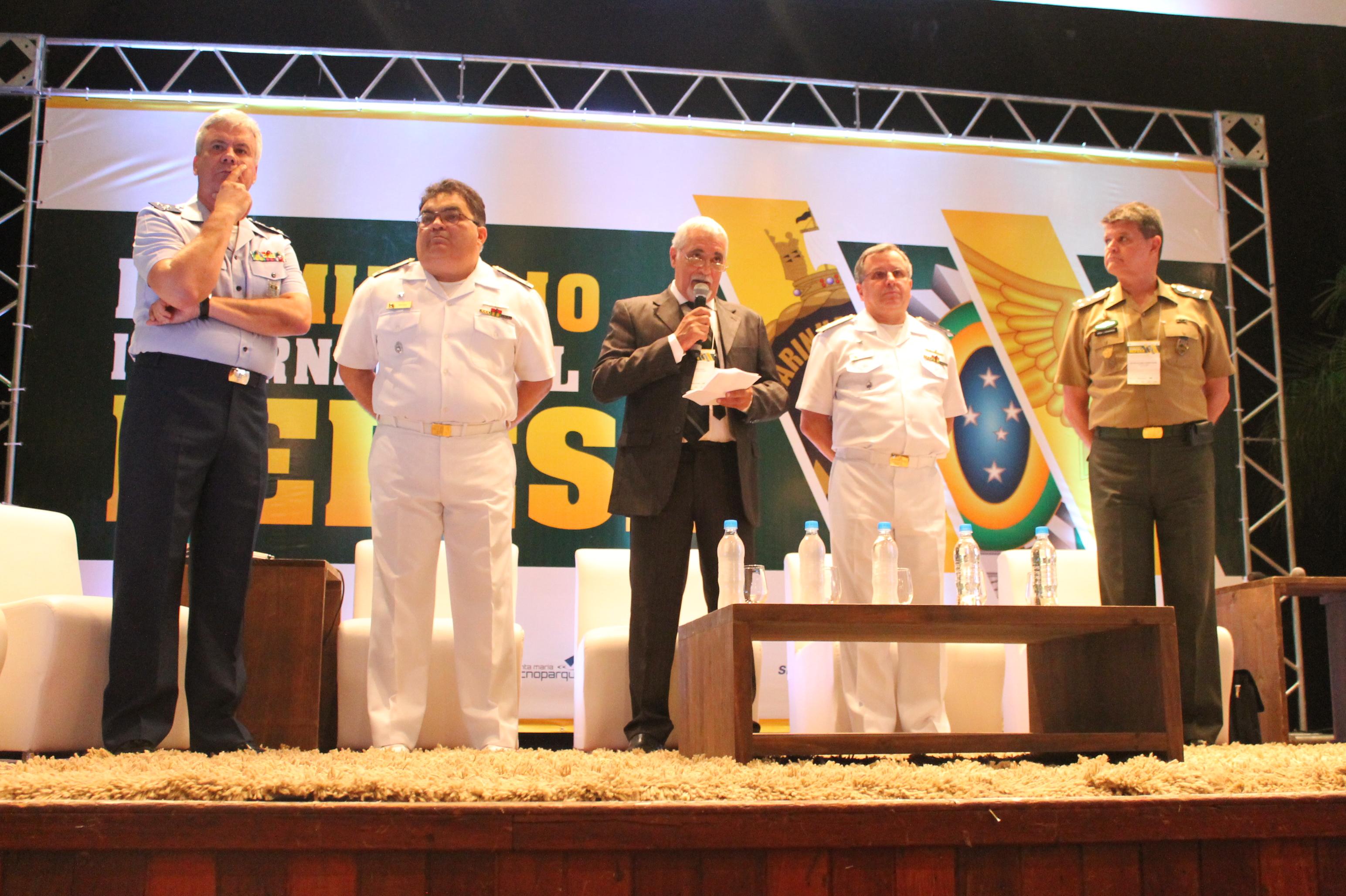 O editor da revista Tecnologia & Defesa, Francisco Ferro, mediou o painel sobre Programas Estratégicos das Forças Armadas.