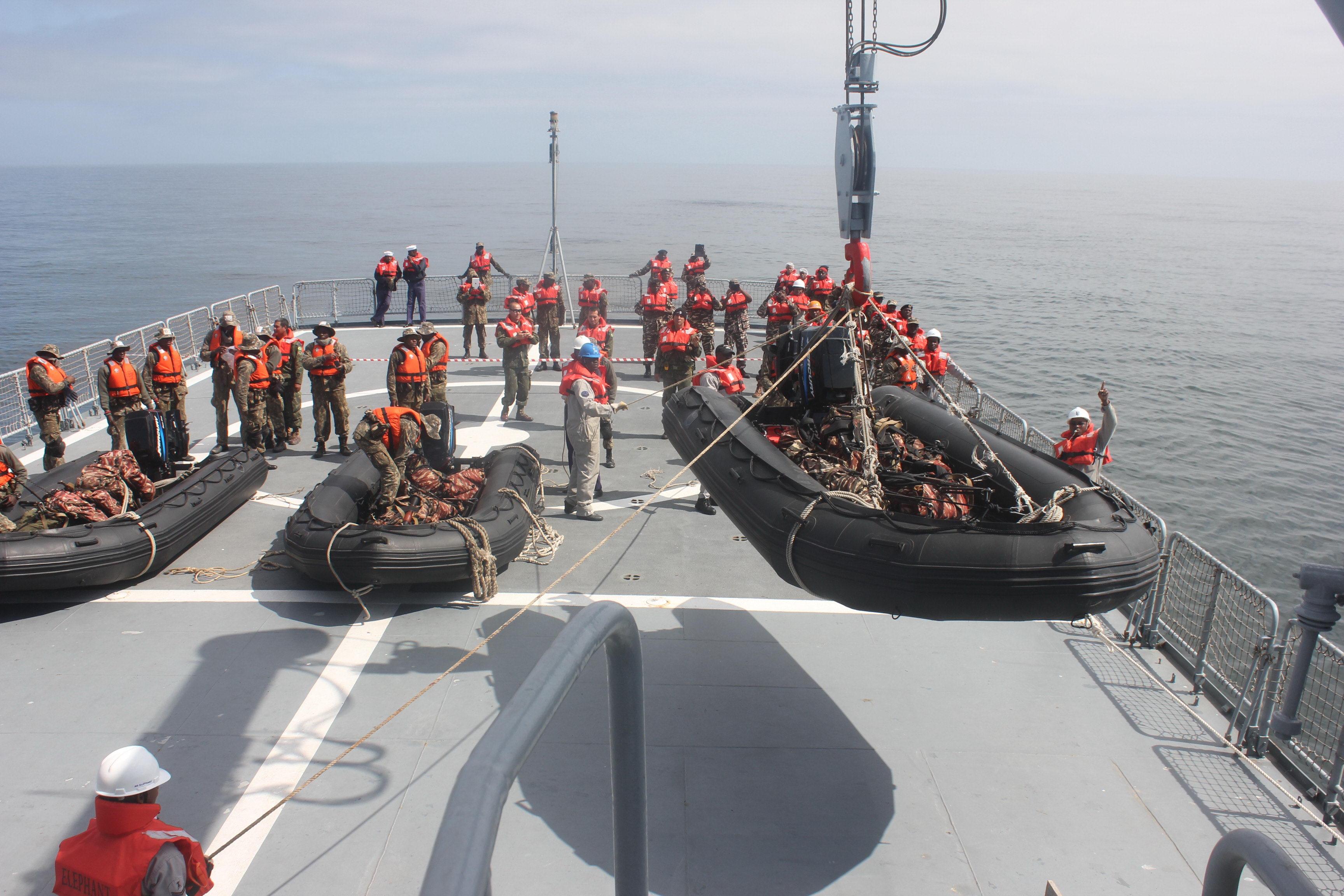 Preparativos no convés de ré do NS Elephant para a colocação no mar das embarcações pneumáticas que desembarcariam os militares do CFN MN na praia. (Imagem: Comando Geral do Corpo de Fuzileiros Navais)