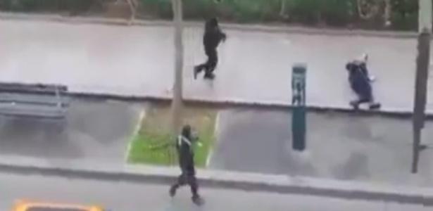 7jan2015---um-video-registrou-o-momento-em-que-dois-homens-armados-e-encapuzados-atiram-em-um-policial-e-o-matam-nesta-quarta-feira-7-na-sede-da-revista-francesa-charlie-hebdo-em-paris-ao-menos-12-1420643129160_615x300