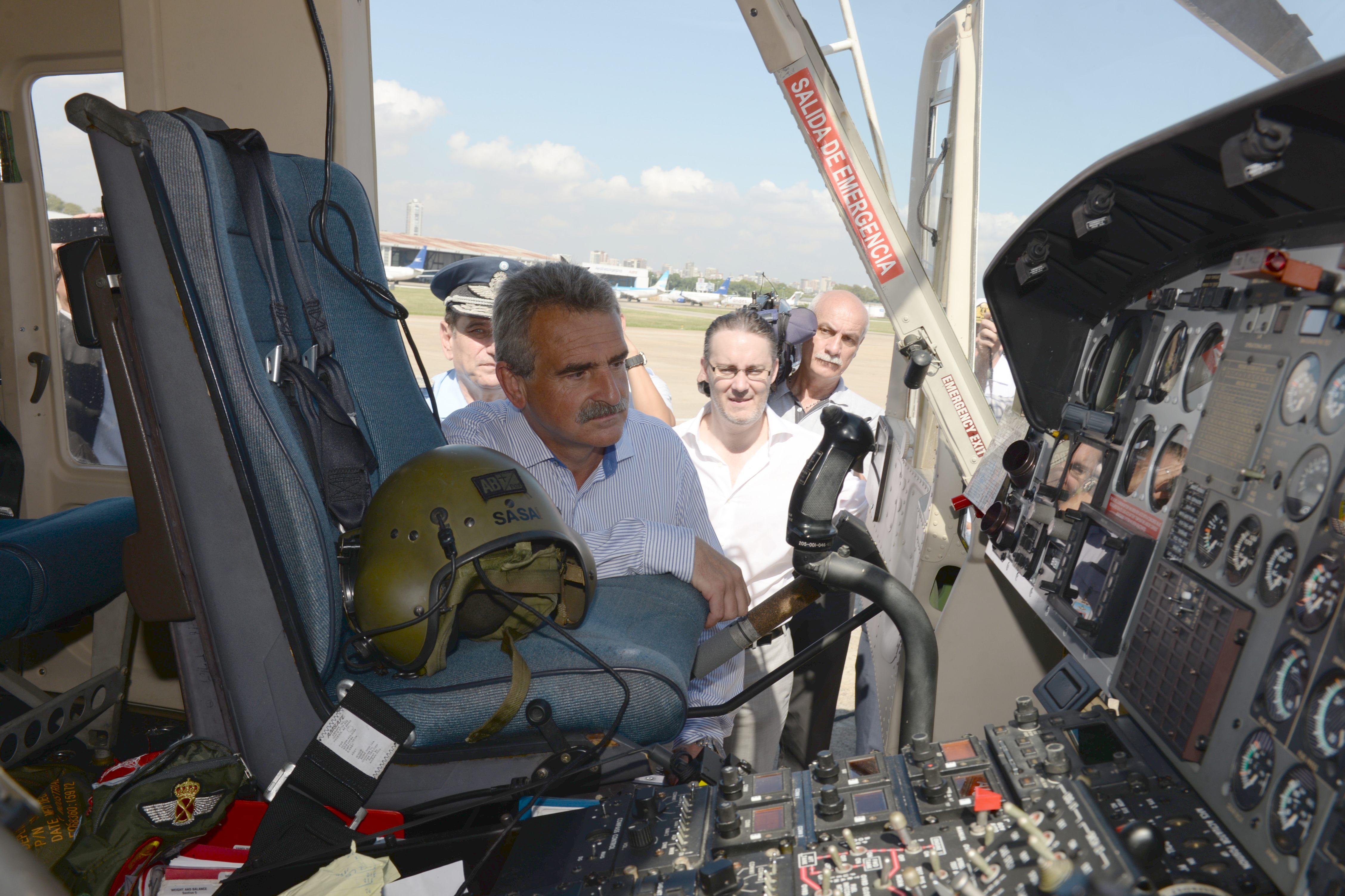 Agustín Rossi inspeciona um dos Bell 412 recebidos pela FAA                             . (ImgFoto Ministério da Defesa da Argentina