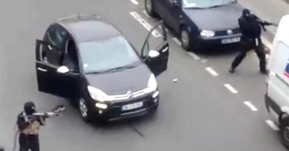 video-mostra-atiradores-atacando-sede-de-revista-em-paris-1420635968169_956x500