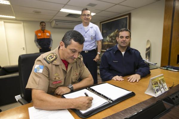 Coronel-bombeiro Ronaldo Jorge Brito de Alcântara assina a CAOP. (Imagem: DECEA/Fabio Maciel)
