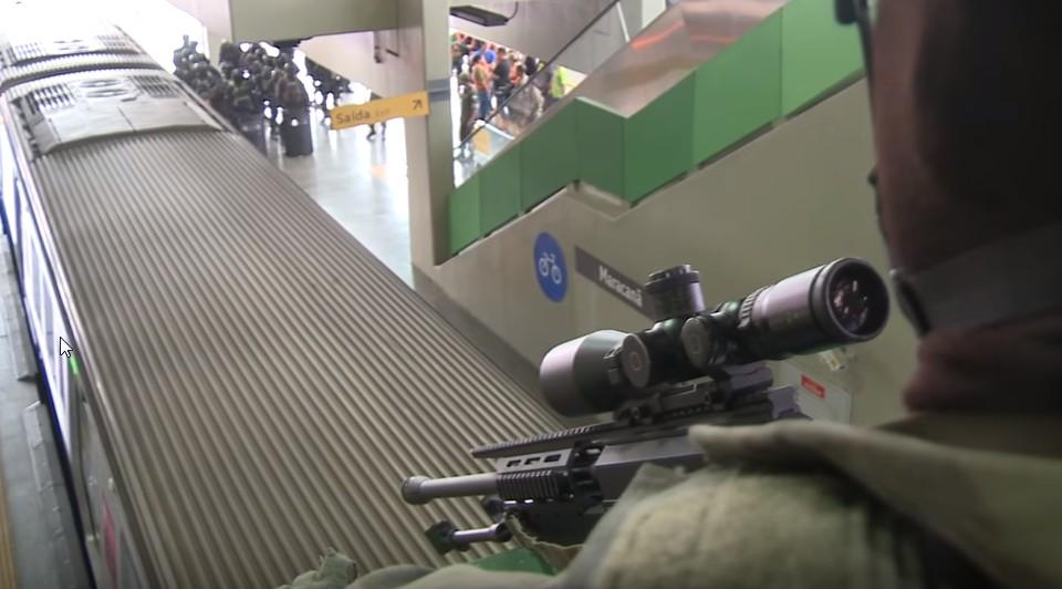 """Também participaram do exercício integrantes do Batalhão Tonelero do Corpo de Fuzileiros Navais, o que fica evidenciado pelo """"sniper"""" e seu fuzil PGM Ultima Ratio, calibre 7,62x51mm e de fabricação francesa, vistos na foto em primeiro plano. (Imagem: Oyoy Kanamox)"""
