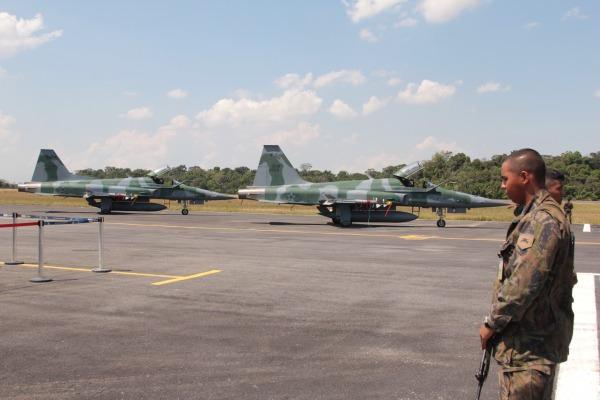 Caças F-5M armados com mísseis ar-ar Python 4 em Manaus. (Imagem: VII COMAR)
