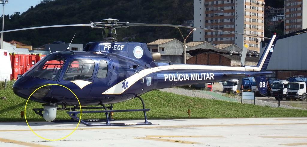 """A parte externa do equipamento (domo de sensores óticos e infravermelhos) STAR Safire 380-HD pode ser vista na foto montada sob o nariz do """"Fenix 08"""", um dos AS350 Esquilo do GAM. (Imagem: Ronaldo Olive)"""