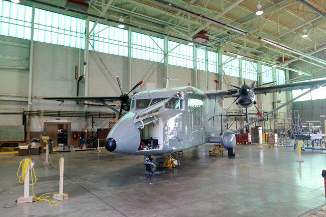 Um C-23B Sherpa passa por serviços de manutenção nas instalações da M7 Aerospace em San Antonio, Texas (EUA)