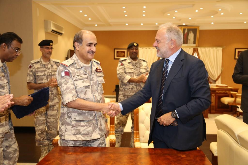 Comandante da Marinha do Qatar, general Mohammed Nasser Al Mohannadi, e o gerente geral da MDBA Itália, Antonio Perfetti, após cerimonia da assinatura do contrato. (Imagem: MBDA)