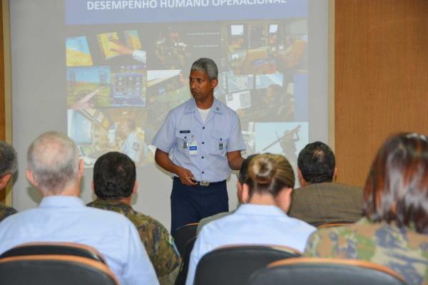 Coronel Gilvan, coordenador do Programa de Pós-Graduação em Desempenho Humano Operacional no Setor Aeroespacial. (Imagem: UNIFA)