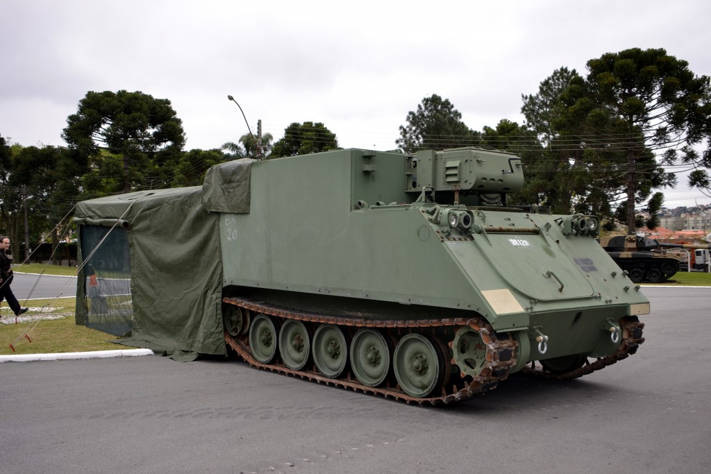 Durante a visita da equipe da revista Tecnologia & Defesa, um M577 foi especialmente preparado para melhor ilustrar seu uso, e para tanto uma tenda de lona que acompanha o veículo foi montado na parte traseira. (Imagem: Hélio Higuchi)