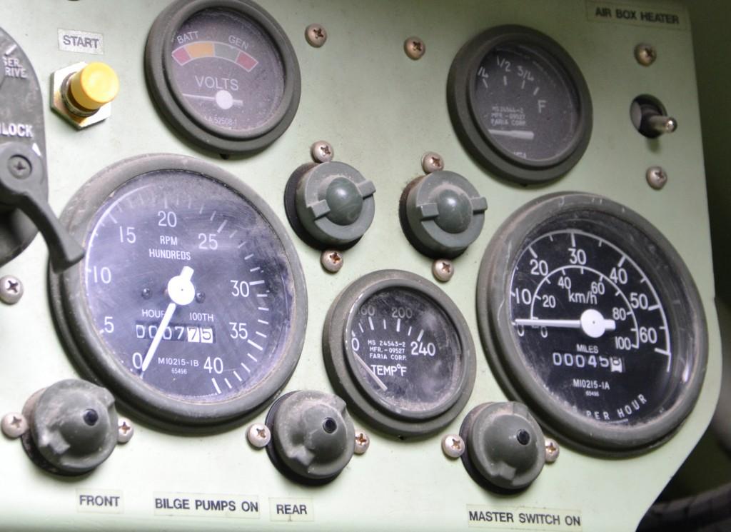 Os M577 vieram com pouquíssimo uso. Detalhe dos relógios do painel de instrumentos de um dos M577. O relógio grande da esquerda é o odômetro que registra 7,75 milhas rodadas. O relogio da direita é o horímetro que registra apenas 45,8 horas com o motor ligado. (Imagem: Hélio Higuchi)