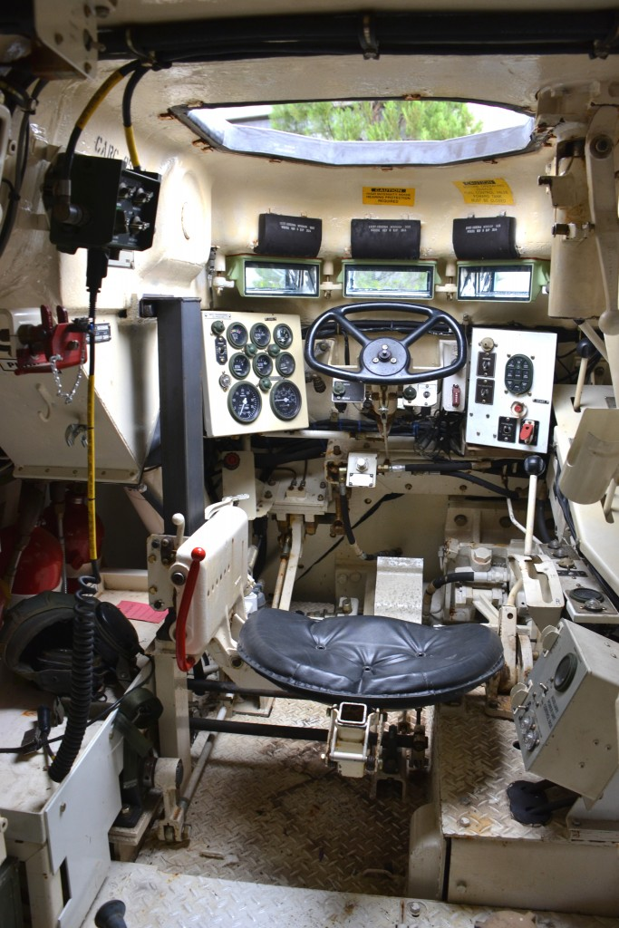 Detalhe do compartimento do condutor do M88 A1 (Imagem: Hélio Higuchi)