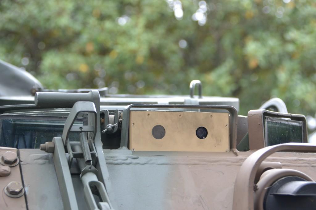 Detalhe da parte externa M113-BR equipado com o periscópio QT M17 Day/Thermal (Imagem: Hélio Higuchi)