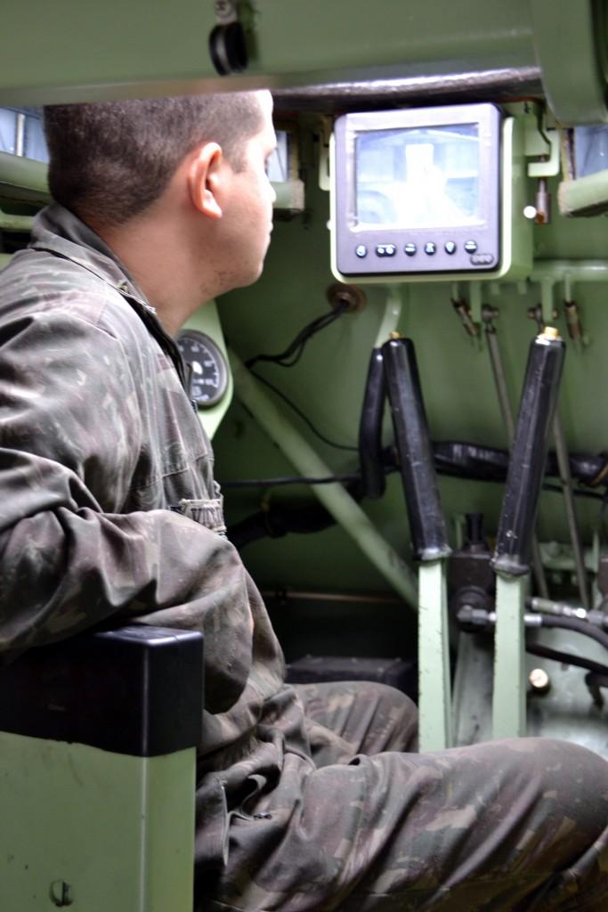 A cabine do condutor de um M113-BR equipado com o monitor do visor QT M17 (Imagem: Hélio Higuchi)