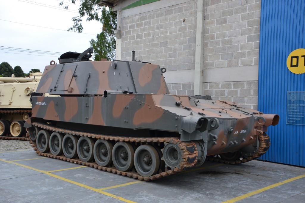 """O M108-B de matricula EB20546 """"Uruguaina"""" foi selecionado para servir de prototipo da versão de transporte de munição de artilharia. Seu obus de 105mm foi retirado e foram retirados todos os equipamentos internos da torre. (Imagem: Hélio Higuchi)"""
